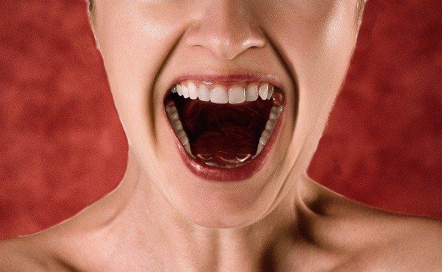 causas de los dientes oscuros